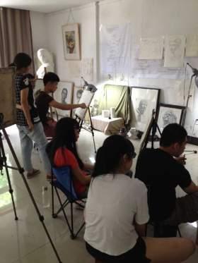 画室的学生正在上专业课